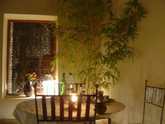 Riad l'Orangeraie: dinner around pool first night
