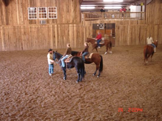 Stone Creek Ranch Resort : Kids getting horsemanship lesson in the indoor arena