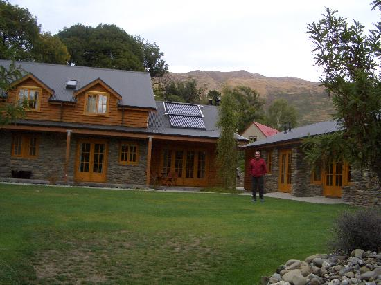 Wanaka Homestead Lodge and Cottages: From the rear of the Inn cottage on right