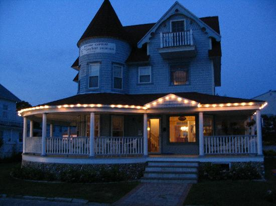 The Lazy Bean Bed & Breakfast: The Lazy Bean at night