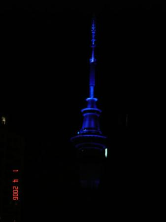 Waldorf Bankside Serviced Apartments: View of Skytower at night from balcony