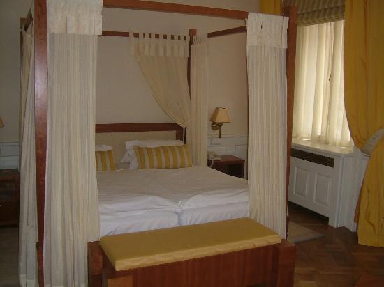 Ventana Hotel Prague: Four-Poster Bed!