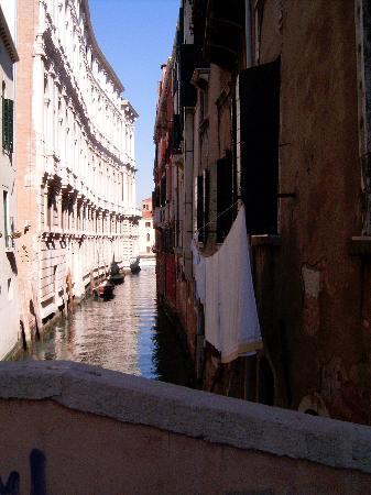 Hotel Al Ponte Mocenigo: Small canal near the hotel