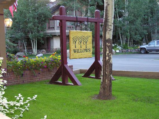 Willows Condominiums at Vail: Willows sign from 103