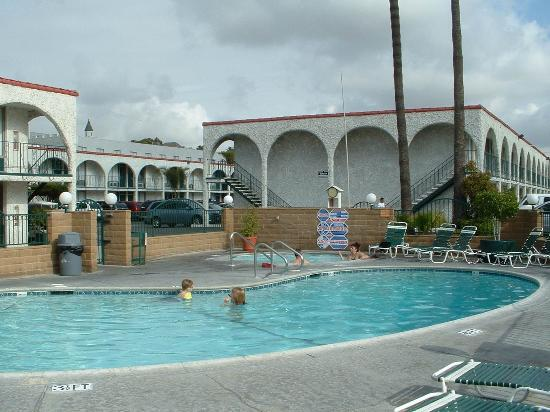 سوبر 8 أنهايم نير - دزني لاند: Very nice pool