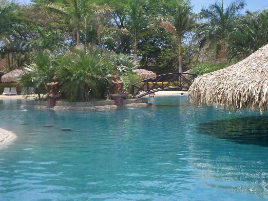 Hotel Tamarindo Diria: pool accross the street