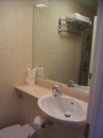 Cavendish Hotel- Bloomsbury: Bathroom1