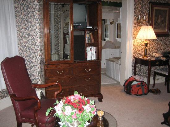 Pinehill Inn: sitting area and towards bathroom