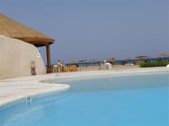 El Wekala Golf Resort: Beach bar with swimming pool