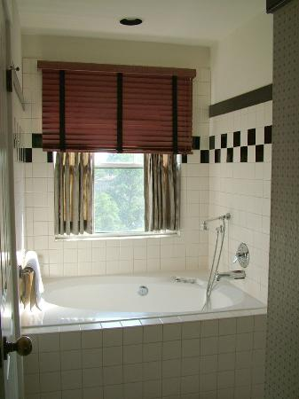 Orchard Hill Country Inn: cottage bathroom