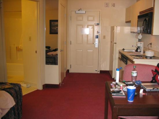 Candlewood Suites Minneapolis - Richfield : My room, excuse my clutter