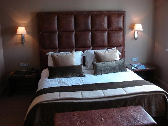 The May Fair, A Radisson Collection Hotel: Deluxe Bedroom : very stylish !