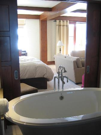 Hotel Quintessence: Lovely big bath and big room beyond