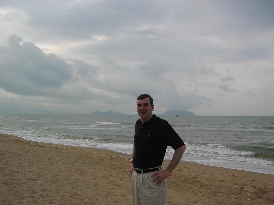 Tianfuyuan Resort: standing on the beach in front of the resort