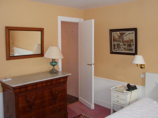 Hotel Le Saint Gregoire: room 52, towards bathroom