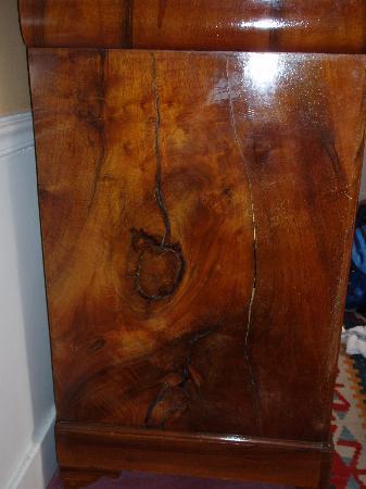 Hotel Le Saint Gregoire: side panel of antique dresser