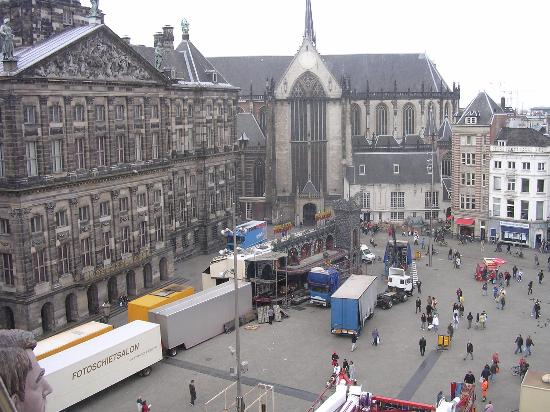 Hotel Damrak: Dam square getting ready 4 fair