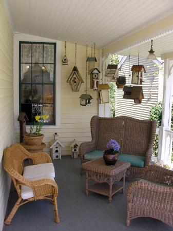 Nevada City, Californien: Side porch with Birdhouse collection