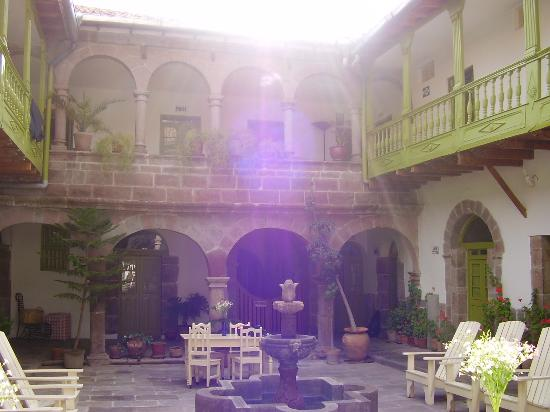 Ninos Hotel Meloc: another view of the courtyard