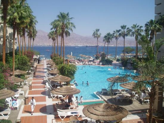 U Suites Eilat: View from lobby into pool