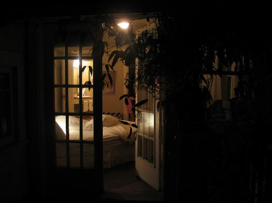 ThistleDown House: Mulberry Peak Room at night