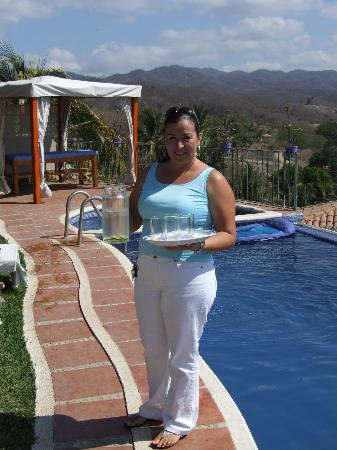 Villa Bella Bed and Breakfast Inn: Elsa serving her guests by the pool.