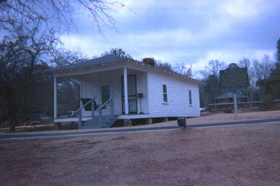 Elvis Presley Birthplace & Museum: Front of the house