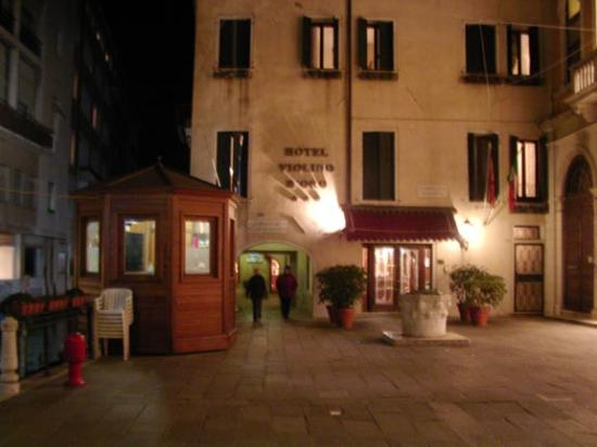 Hotel Lisbona: The hotel is just under that arch.