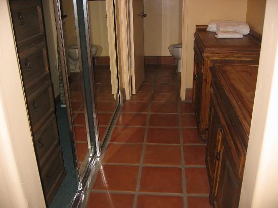 Hotel Pepper Tree: master bathroom/closet