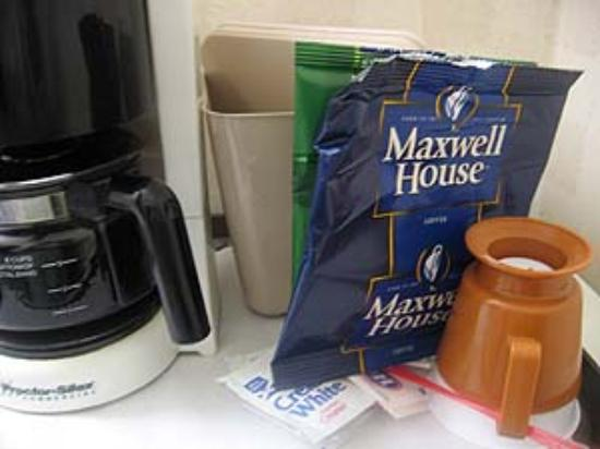 Menlo Park Inn: Maxwell House Coffee and Cheap Mugs