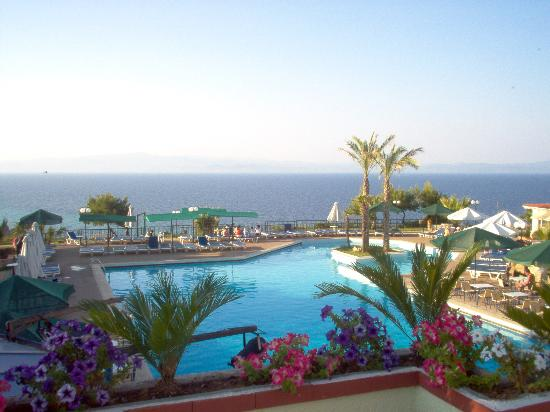 Aristoteles Beach Hotel: Nice view with pool and the sea