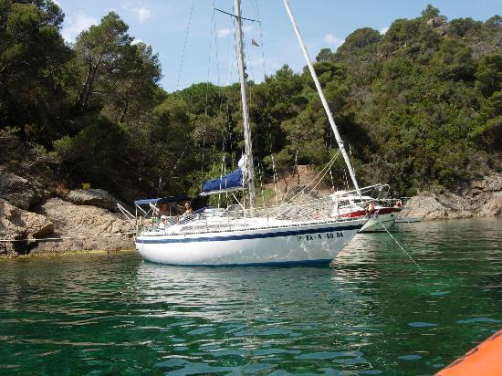 Tossa de Mar, España: Yacht moored in Cala Bona