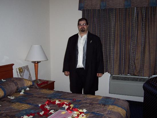Quality Inn East Windsor: My new husband by the HUGE COMFY bed!