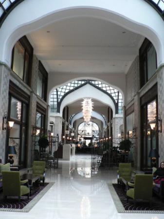 Four Seasons Hotel Gresham Palace: The Lobby