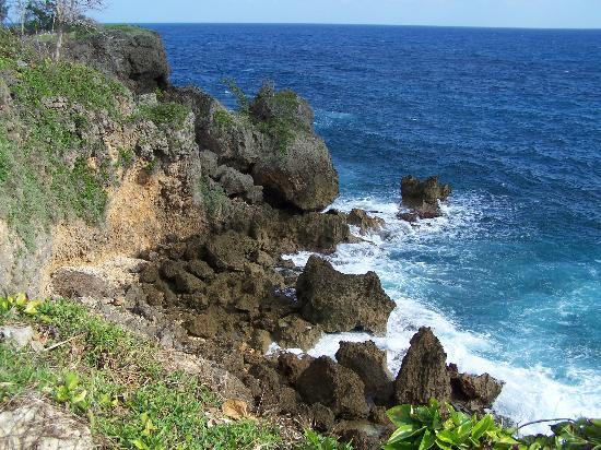Frenchman's Cove Resort: View from one of the cliffs over Frenchman's