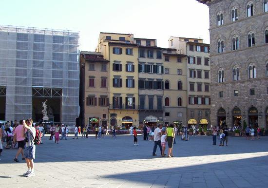 Piazza della Segnoria, Antica Torre hotel, yellow bldg, Florence ...