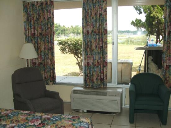 Snowbirds Inn: Lakeview with recliner!