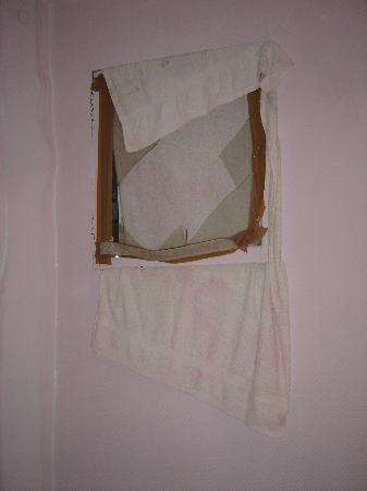 Grand Hotel Republique: A broken internal window, covered with a towel!