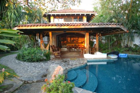 Sueno del Mar Beachfront Bed & Breakfast: Veranda and Pool