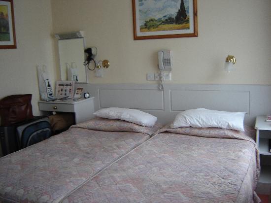 Enterprise Hotel: Twin beds shoved together