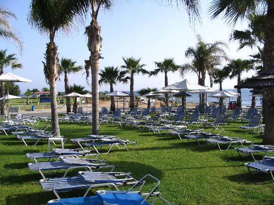 Anastasia Beach Hotel: Pool and gardens