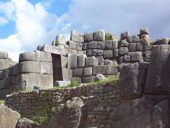 Куско, Перу: Sacsayhuaman (sexy woman) partially destroyed by Spanish, but still standing