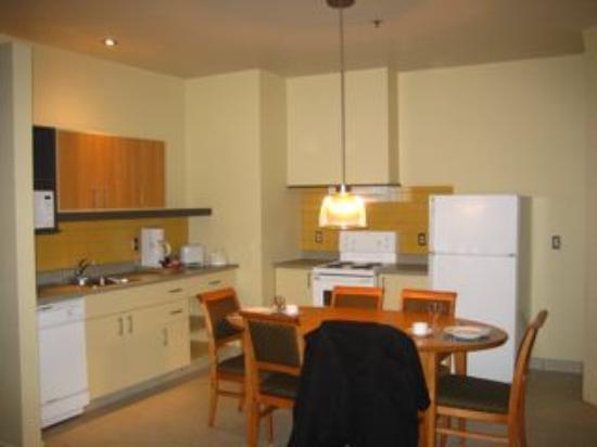 Le Square Phillips Hotel & Suites : La cuisine équipée avec lave vaisselle !
