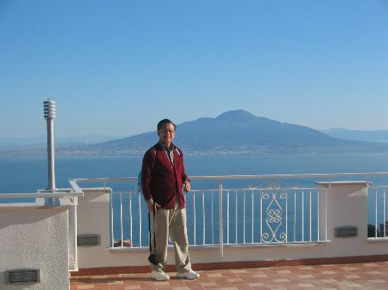 Il Nido Hotel Sorrento: View from the rooftop looking at the Naples Bay and Mt. Vesuvius