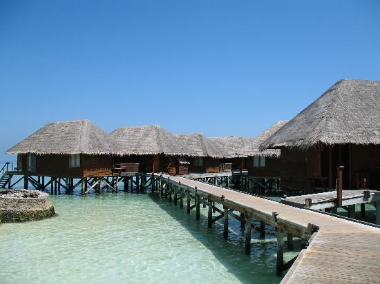 Veligandu Island Resort & Spa: Walkway to Water Villas