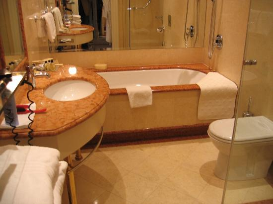 Le Palais Art Hotel Prague: Well equipped bathroom with huge bath