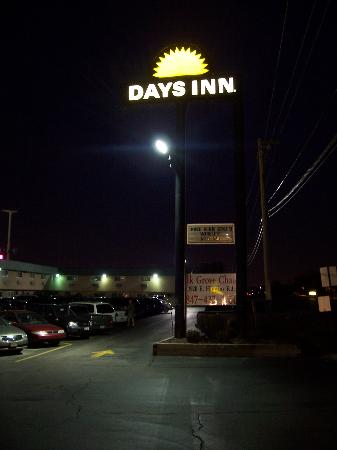 Days Inn Elk Grove Village/Chicago/O'Hare Airport West : Sign at night