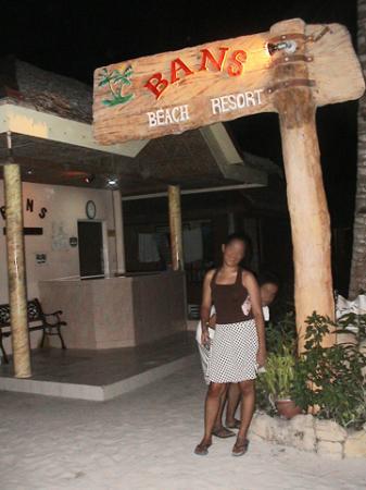 Bans Beach Resort : the entrance at night