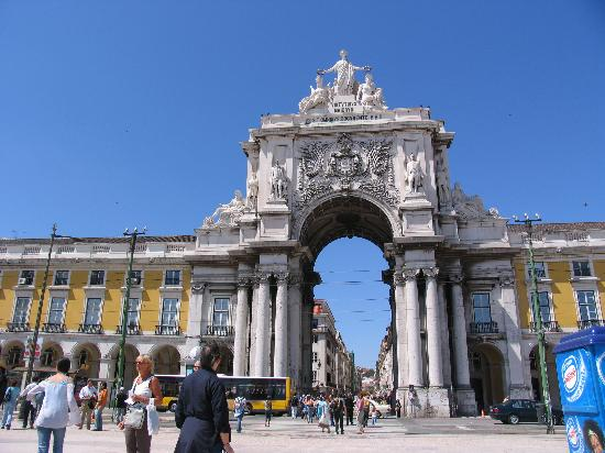 Lissabon, Portugal: A neat view of the Pracio del Comercio