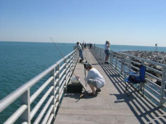 Jetty Park Campground: Really nice fishing pier - wish the campground was that nice